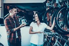 Konsultantów przedstawień cykl nabywca w sporta sklepie fotografia royalty free