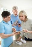 Konsultant Ds. Bezpieczeństwa Demonstruje Alarmowego system Dorośleć pary zdjęcie stock