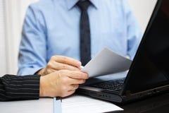 Konsultant i klient pracujemy z dokumentami i laptopem na o Zdjęcia Stock