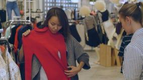 Konsultant i nabywca w kobieta sklepie odzieżowym fotografia royalty free