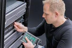 IT konsultant instaluje nową SAN ciężką przejażdżkę zdjęcia royalty free