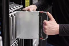 IT konsultant instaluje ostrze serweru zdjęcie stock