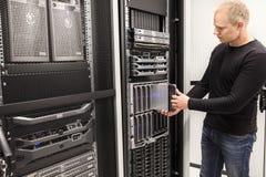 IT konsultant instaluje ostrze serweru w wielkim datacenter zdjęcia royalty free