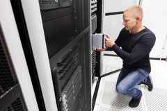 IT konsultant instaluje ostrze serweru w wielkim datacenter obrazy stock