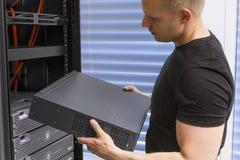 IT konsultant Instaluje sieć routera zdjęcie stock