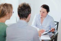 Konsultant lub agent nieruchomości pracuje z parą klienci obraz stock