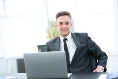 Konsultant na podatków zagadnieniach przy miejscem pracy przed otwartym l obraz royalty free