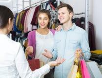 Konsultant ofiary klientów jesień odziewa w sklepie zdjęcia royalty free