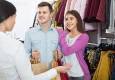 Konsultant ofiary klientów jesień odziewa w sklepie obraz stock