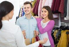 Konsultant ofiary klientów jesień odziewa w sklepie obrazy royalty free