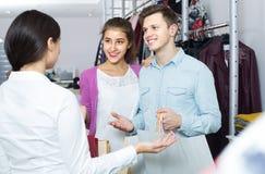 Konsultant ofiary klientów jesień odziewa w sklepie zdjęcie stock