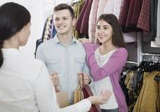 Konsultant ofiary klientów jesień odziewa w sklepie fotografia stock