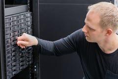 IT konsultant pracuje z SAN ciężką przejażdżką obrazy stock