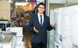 Konsultant przy gospodarstw domowych urządzeń sekcją obraz stock