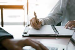Konsultant robi nutowemu zbiorczemu raportowi z kierownikiem używa laptop zdjęcie royalty free