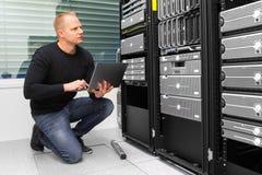 Konsultant Używa laptop W Datacenter Podczas gdy Monitorujący serweru obraz royalty free