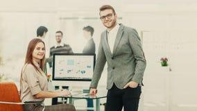 Konsultant w pieniężnych inwestycjach w miejscu pracy w nowożytnym biurze i kierownik firma zdjęcie stock