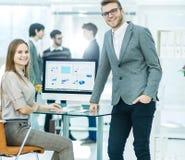 Konsultant w pieniężnych inwestycjach w miejscu pracy w nowożytnym biurze i kierownik firma zdjęcia royalty free