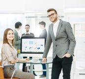 Konsultant w pieniężnych inwestycjach w miejscu pracy w nowożytnym biurze i kierownik firma zdjęcie royalty free