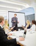 Konsultant w prezentaci podczas biznesowego spotkania zdjęcia stock