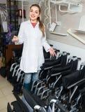 Konsultant z machinalnymi wózkami inwalidzkimi w sklepie obraz royalty free