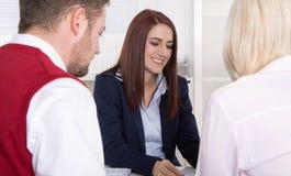 Konsultation med attraktiva par på kontoret. Fotografering för Bildbyråer