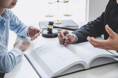 Konsultation och konferens av manliga advokater och yrkesmässigt affärskvinnaarbete och diskussion som har på advokatbyrån i rege royaltyfri fotografi