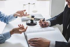 Konsultation och konferens av manliga advokater och yrkesmässigt affärskvinnaarbete och diskussion som har på advokatbyrån i rege royaltyfria foton