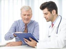 Konsultera med doktorn arkivfoton