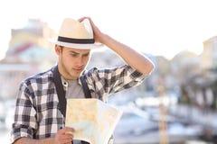 Konsulterande handbok för borttappad turist i en kuststad royaltyfria bilder