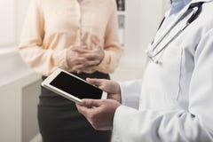 Konsulterande kvinna för doktor i sjukhus arkivbilder