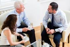 Konsulterande par för finansiell rådgivare i avgångplanläggning Royaltyfri Fotografi