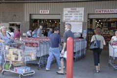 Konsumenci przy Costco Zdjęcia Stock