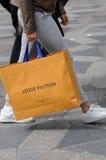KONSUMENCI Z LOUIS VUITTON torba na zakupy Zdjęcia Royalty Free