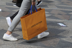 KONSUMENCI Z LOUIS VUITTON torba na zakupy Obraz Stock