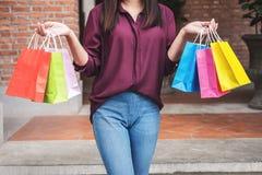 Konsument i zakupy stylu życia pojęcie, Szczęśliwy młoda kobieta stojak obrazy stock