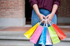 Konsument i zakupy stylu życia pojęcie, Szczęśliwy młoda kobieta stojak zdjęcie stock