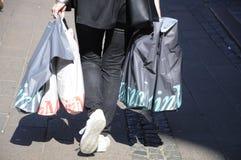 KONSUMENT Z torba na zakupy Fotografia Royalty Free