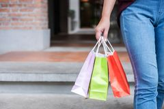 Konsument, zakupy styl życia pojęcie, Szczęśliwa młodej kobiety pozycja i mienie kolorowe torby na zakupy cieszy się wielkiego dz zdjęcie royalty free