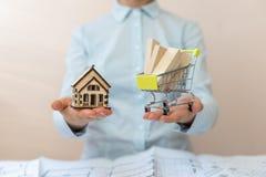 Konsumpcyjny konsumeryzmu pojęcie Transport dostawa przy twój domem! Ile materiału budowlanego budować dom potrzebujesz ty? Dama  zdjęcie stock
