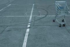 Konsumpcyjny kryzys iść dziki pusty wózek na zakupy kosz obraz royalty free