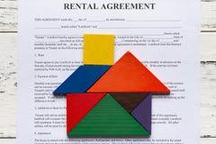 Kontakt för uthyrnings- överenskommelse för bästa sikt med tangramen som formas som hus royaltyfri fotografi