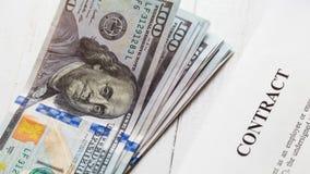 Kontakt i sterta rachunki sto dolarów zdjęcie stock