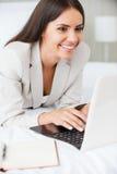 Kontakt mit Kollegen im Büro Lizenzfreie Stockfotos