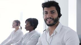 Kontakt-Mitte Betreiber im Kopfhörer am Arbeitsplatz-Porträt stock video