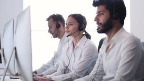 Kontakt-Mitte-Vertreter Focused On Serving auf Hilfslinie stock footage