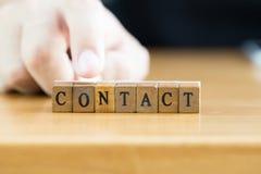 kontakt słowo pisać na drewnianym bloku obraz royalty free