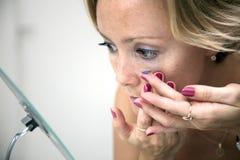 kontakt wkłada obiektyw kobiety obrazy stock