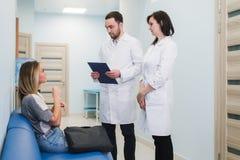 Kontakt z pacjentem jest bardzo znacząco dla tworzy pozytywnego główkowanie zdjęcie royalty free