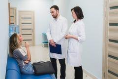 Kontakt z pacjentem jest bardzo znacząco dla tworzy pozytywnego główkowanie zdjęcie stock
